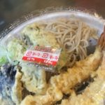 配達テイクアウトの天ぷらと温かい麺